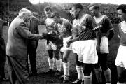 1960-61 VfL- P. Münster Erich Pawlak wird für sein 250. Spiel geehrt